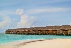 Tropisch Strand met Overwater-Bungalowwen stock foto
