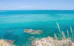 Tropisch strand met overzeese blauwe hemel, Andaman-Overzees, koh lanta, krabi, Stock Afbeelding