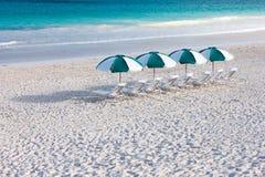 Tropisch strand met paraplu's royalty-vrije stock foto's