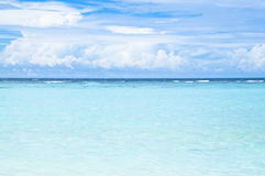 Tropisch strand met turkoois oceaanwater stock afbeeldingen