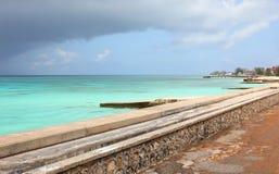 Tropisch strand met turkooise oceaan. Het grote eiland van Turk, de Bahamas Stock Afbeeldingen