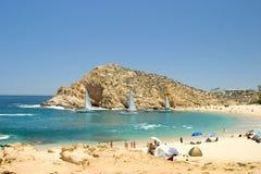Tropisch Strand met Zeilboten Stock Afbeeldingen