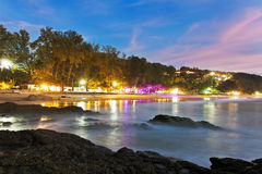 Tropisch strand na zonsondergang in strandlichten Royalty-vrije Stock Foto