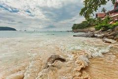 Tropisch strand onder sombere hemel Stock Afbeelding