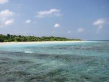 Tropisch strand op de Eilanden van de Maldiven Stock Afbeeldingen