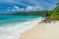 Tropisch strand in Seychellen, Mahe stock afbeelding