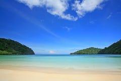 Tropisch strand tegen blauwe hemel in Eilanden Surin Royalty-vrije Stock Afbeeldingen