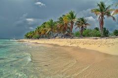 Tropisch strand vóór onweer royalty-vrije stock afbeeldingen