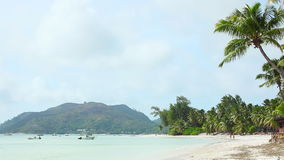 Tropisch strand van Anse Volbert, Seychellen stock video