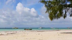 Tropisch strand van Anse Volbert, Seychellen stock footage