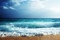 Tropisch strand in zonsondergangtijd stock fotografie