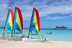 Tropisch strandboten en schip Royalty-vrije Stock Foto