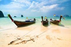 Tropisch strandlandschap met boten. Thailand Royalty-vrije Stock Foto's