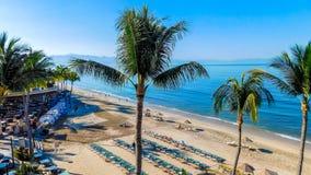 Tropisch Strandweergeven van het Hotelbalkon royalty-vrije stock afbeeldingen