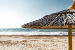 Tropisch Straw Beach Umbrella With Blur stock foto
