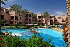 Tropisch toevluchthotel met mooie pool in voorgrond Stock Fotografie