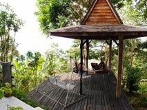 Tropisch toevluchtterras met hangmat royalty-vrije stock afbeeldingen