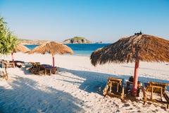Tropisch vakantiestrand met wit zand en oceaan met blauwe hemel Royalty-vrije Stock Fotografie