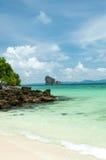 Tropisch ver eiland in de oceaan Stock Afbeelding