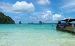 Tropisch ver eiland in de oceaan Stock Fotografie
