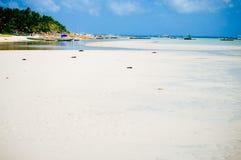 Tropisch wit zandstrand met groene palmen en geparkeerde vissersboten in het zand Exotisch eilandparadijs Stock Afbeeldingen
