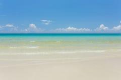 Tropisch wit zandstrand met turkoois water onder blauwe hemel royalty-vrije stock foto's