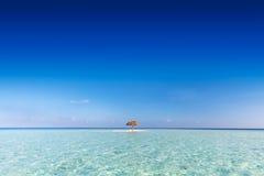 Tropisch zandbankeiland met zonneschermparaplu Indische Oceaan, de Maldiven Stock Afbeeldingen