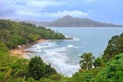 Tropisch zandig strandlandschap van hoog meningspunt De mooie turkooise oceaan en de mensen die in Laem ontspannen zingen Stock Fotografie