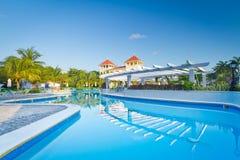 Tropisch zwembad bij dageraad Royalty-vrije Stock Foto's