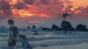 Tropische achtergrondzonsondergangmening van Boracay-eiland bij Wit Strand met de traditionele boten van Filippijnen 4K TimeLapse stock video