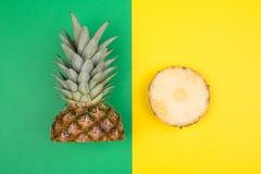 Tropische ananassen op groene en gele achtergrond Stock Fotografie