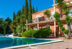 Tropische Anlagen und Familienhaus stockbilder