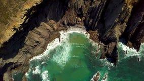 Tropische baai in rotsen stock footage