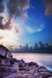 Tropische baai in zonsondergangtijd. Royalty-vrije Stock Foto
