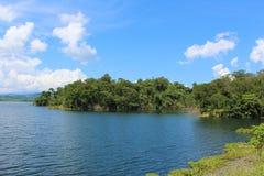 Tropische Banken eines Reservoirs in Barinas, Venezuela an einem sonnigen Tag Lizenzfreie Stockfotografie