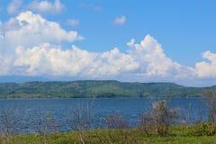 Tropische Banken eines Reservoirs in Barinas, Venezuela an einem sonnigen Tag lizenzfreies stockbild