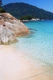 Tropische blauwe overzees met steen en zand Royalty-vrije Stock Fotografie