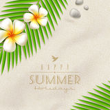 Tropische Blumen und Palmen-Baumaste auf einem Strandsand Lizenzfreie Stockbilder