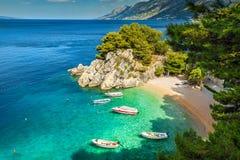 Tropische Bucht und Strand mit Motorbooten, Brela, Dalmatien-Region, Kroatien Stockfoto