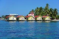 Tropische cabines over water van het Caraïbische overzees royalty-vrije stock afbeelding
