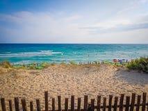 Tropische Caraïbische strandoverzees met gouden zand en strandparaplu's, stock fotografie