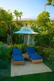 Tropische Chaise Lounge Setting Stockbild