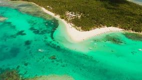 Tropische Daco-Insel mit einem sandigen Strand und Touristen stock video footage