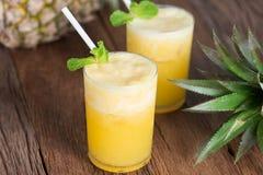 Tropische drank, Ananas smoothie in glas met verse ananas Stock Afbeelding