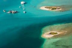 Tropische eilanden bij de oceaan in de Maldiven royalty-vrije stock foto
