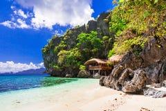 Tropische Einsamkeit - wilde weiße sandige Strände von Philippinen, EL-nido lizenzfreies stockfoto