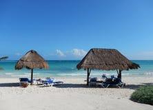 Tropische Erholungsortannehmlichkeiten an einem karibischen Strand Lizenzfreie Stockfotos