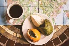 Tropische exotische Früchte mit Kaffee und Madeira zeichnen auf Tischplatteansicht, Energiebruch auf Stockfotografie