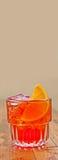 Tropische exotische partijcocktail Martinez met alcohol droge jenever, rode vermouth, alcoholische drankmarasquin, oranje bitter  stock fotografie