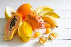 Tropische exotische vruchten op wit planken abstract stilleven Stock Fotografie